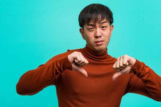 若い中国人男性、指を指す、従う例