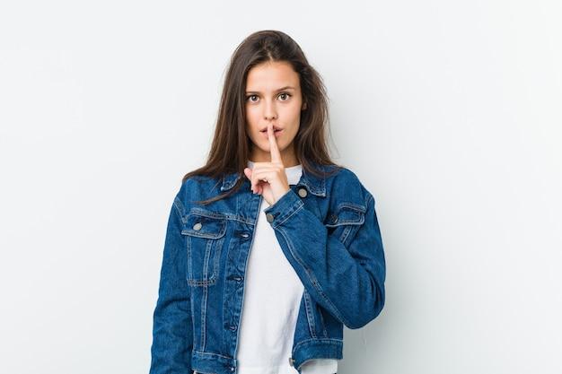 若いかわいい女性が秘密を守ったり、沈黙を求めています。