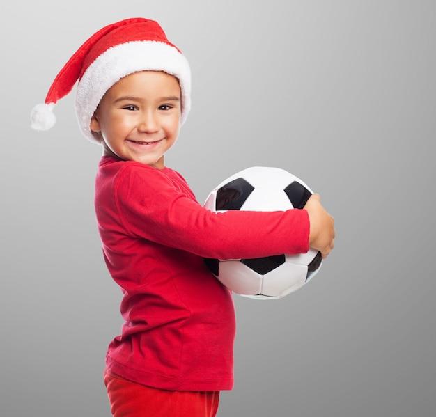 彼のボールと小さな男の子の側面図