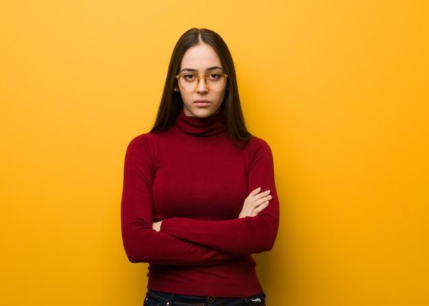 知的若い女の子交差腕をリラックス