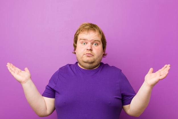 若い本物の赤毛のデブ男は、嬉しい驚きを受け、興奮し、手を上げます。