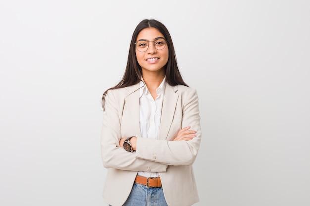 Молодой бизнес арабская женщина изолированы от белого, который чувствует себя уверенно, скрестив руки с решимостью.