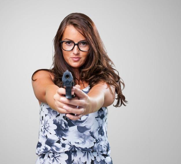 銃を保持してかなりマフィアの女