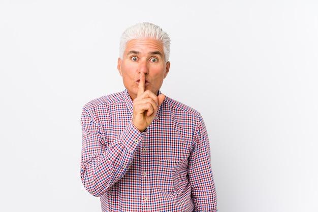 秘密を守るか沈黙を求める分離された年配の白人男性。