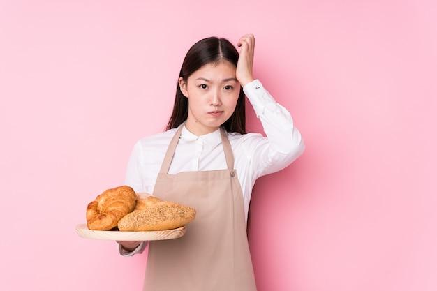 Молодая китайская женщина-пекарь изолировала быть в шоке, она вспомнила важную встречу.
