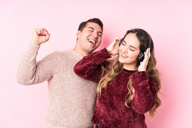 若いラテンカップルが音楽を聴く