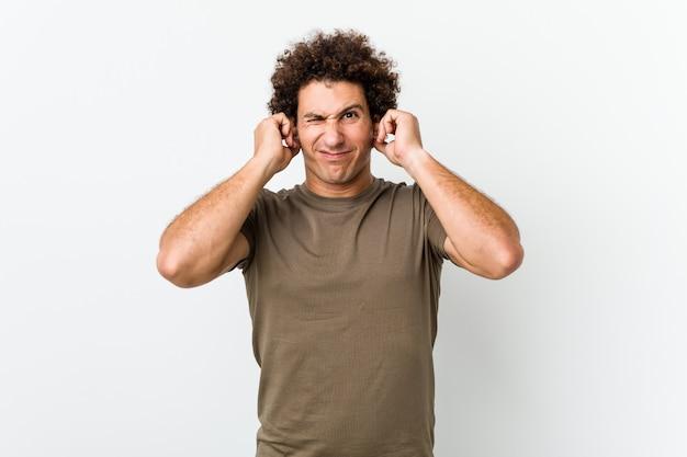 成熟したハンサムな男は、手で耳を覆って分離しました。
