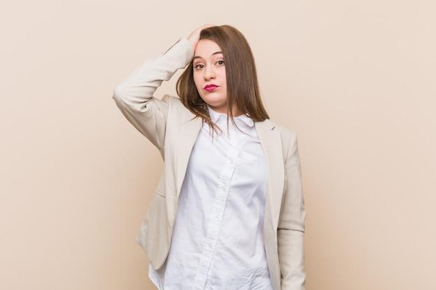 若いビジネス女性の疲れと非常に眠い頭に手を保ちます。