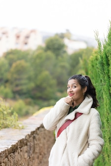 Молодая индийская женщина на природе