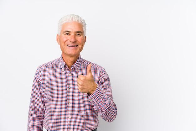 Старший кавказский человек изолировал усмехаться и поднимать большой палец руки вверх