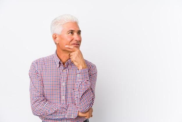 Старший кавказский человек изолировал смотреть косой с сомнительным и скептическим выражением.