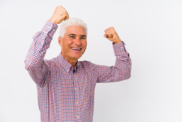 年配の白人男性が勝利、勝者の概念の後拳を上げて分離しました。