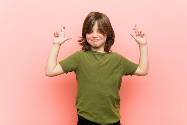 Маленький мальчик скрещивание пальцев за удачу