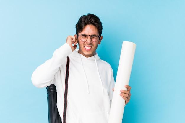 アーキテクチャを勉強して若い白人男は手で耳を覆って分離しました。