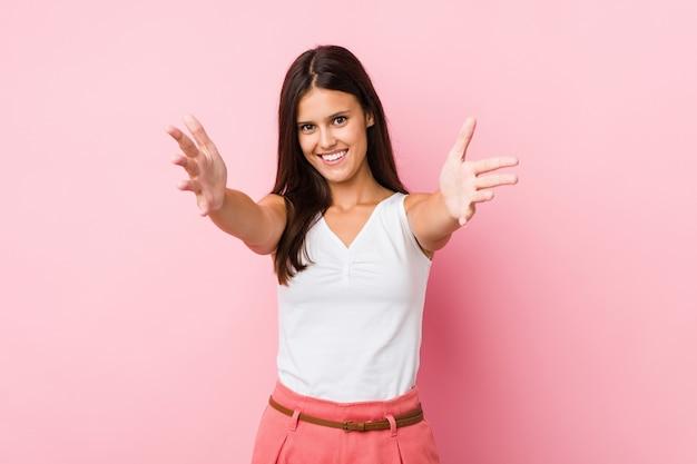 若いかわいい女性は、抱擁を与える自信を持って感じています。