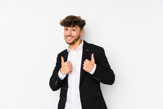 アラビアの若いビジネスマンは、両方の親指を上げて、笑みを浮かべて、自信を持って分離しました。