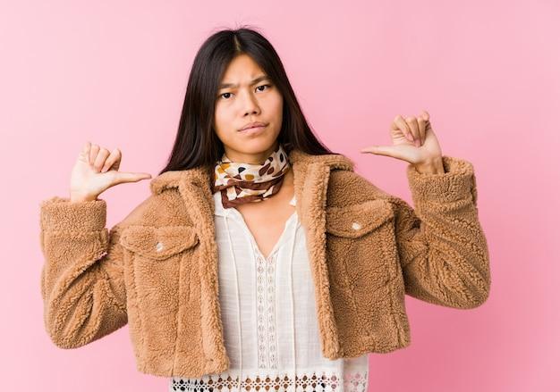 若いアジアの女性は誇りと自信を持っていると感じています。