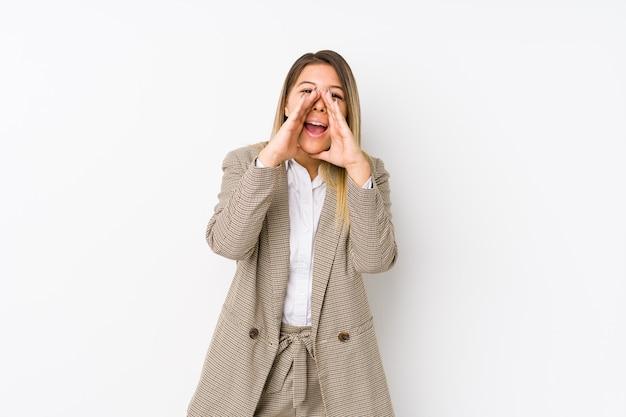 若い白人ビジネス女性は叫びを分離した前に興奮しています。