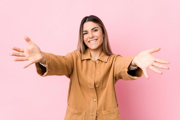 分離された若い白人女性は、抱擁を与える自信を持って感じています。