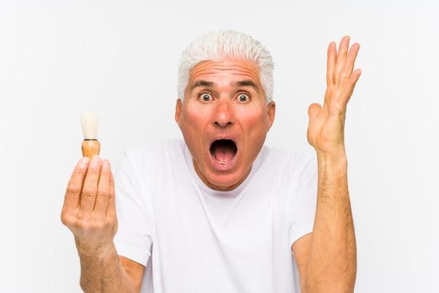 年配の白人男性が最近勝利または成功を祝って剃毛