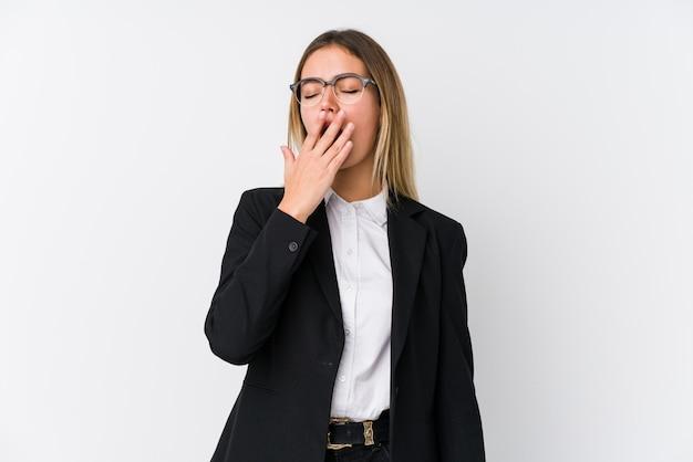 手で口を覆っている疲れたジェスチャーを示すあくび若いビジネス白人女性。