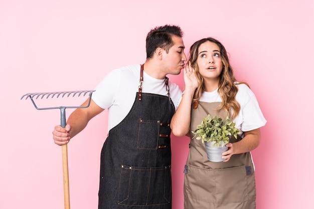 Молодой садовник пар изолировал пробовать слушать сплетню.