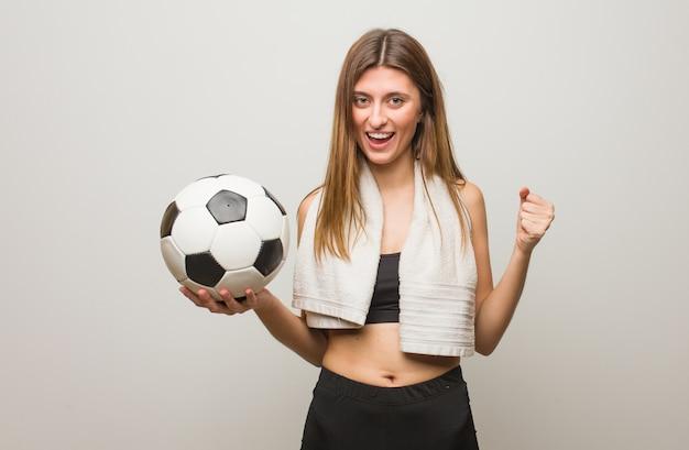 Молодой фитнес русская женщина кричала очень злая и агрессивная. проведение футбольного мяча.