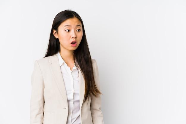 Женщина молодого дела китайская изолировала быть сотрясенным из-за что-то она видела.