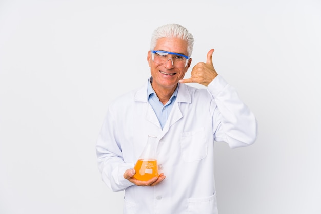 Зрелый химический человек изолировал показывать жест звонка мобильного телефона с пальцами.