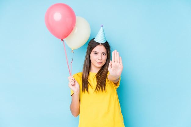 Молодая кавказская женщина организуя изолированный день рождения