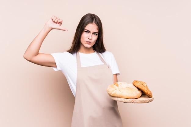Молодая женщина кавказских пекарь чувствует себя гордым и уверенным в себе, пример для подражания.