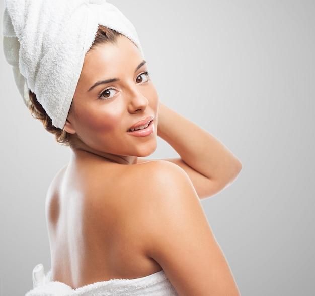 シャワーの後にタオルを身に着けている女性