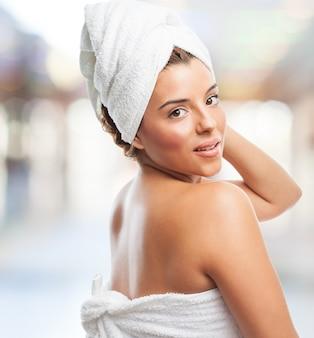 Женщина после душа с полотенцем