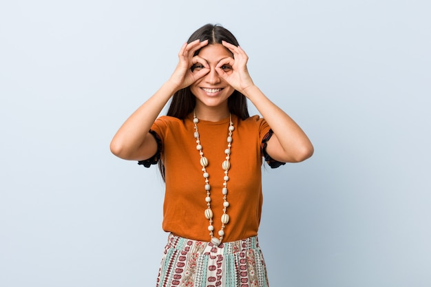 目の上の大丈夫の兆しを見せ若いアラブ女性