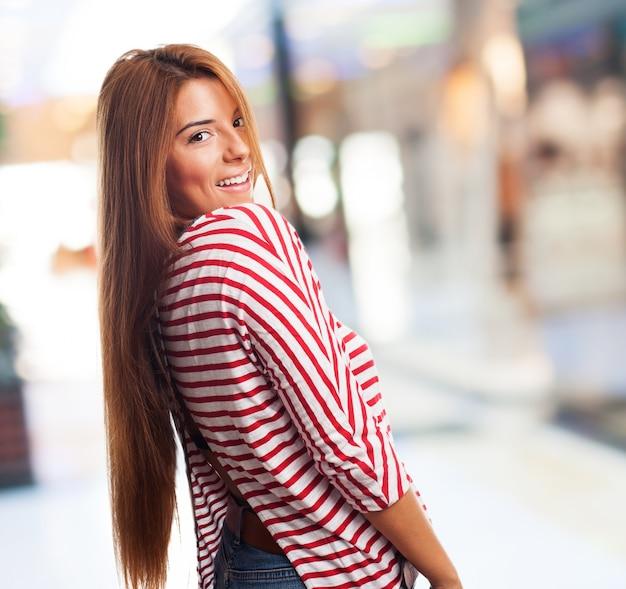 肩越しジョイフル長い髪の女性
