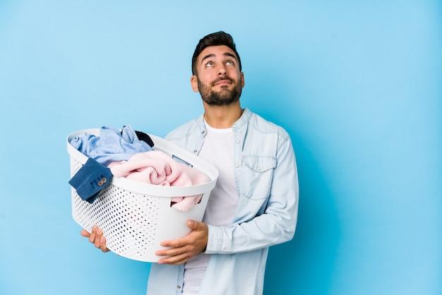 洗濯をしている若いハンサムな男が目標と目的を達成することを夢見て分離