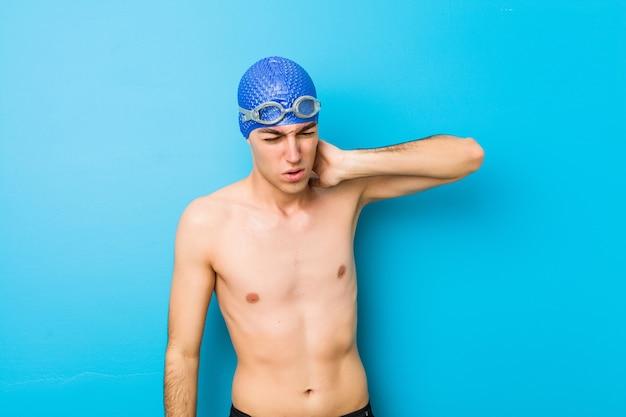 Молодой пловец человек страдает боль в шее из-за сидячий образ жизни.