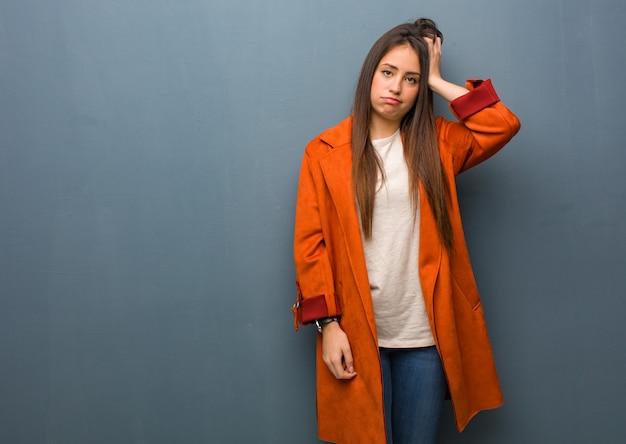 心配と圧倒される若い自然な女性