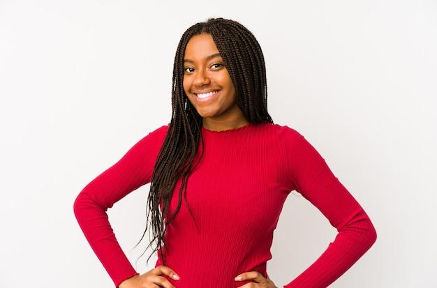 若いアフリカ系アメリカ人女性は、腰に手を自信を持って分離しました。