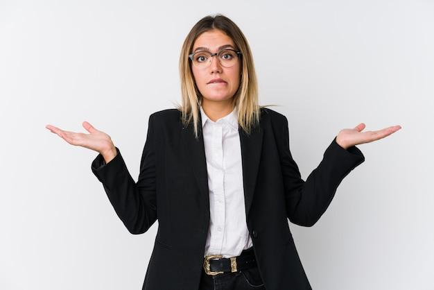 若いビジネス白人女性は混乱して疑わしい肩をすくめてコピースペースを保持します。