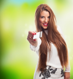 Молодые женщины модель держит карту