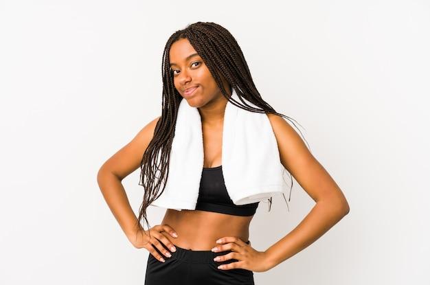 若いアフリカ系アメリカ人のスポーツの女性は腰に手を自信を持って分離しました。