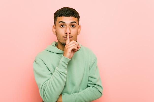 若いヒスパニック系スポーツ男の秘密を守るか、沈黙を求めます。
