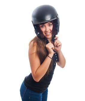 頭の上にヘルメットを持つ女性の肖像画。
