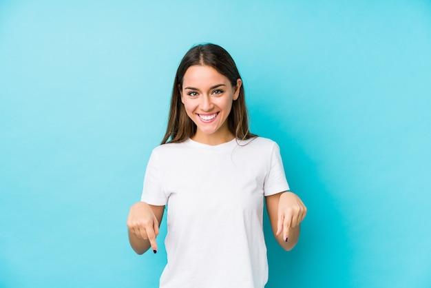 若い白人女性は、指、ポジティブな気持ちでポイントを分離しました。
