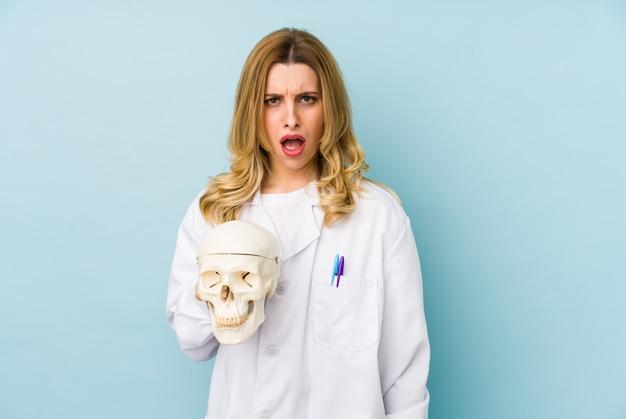 頭蓋骨を保持している若い医者の女性は、非常に怒って攻撃的な叫び声を分離しました。