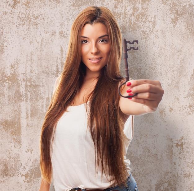 手でキーを押し、女の子の肖像画