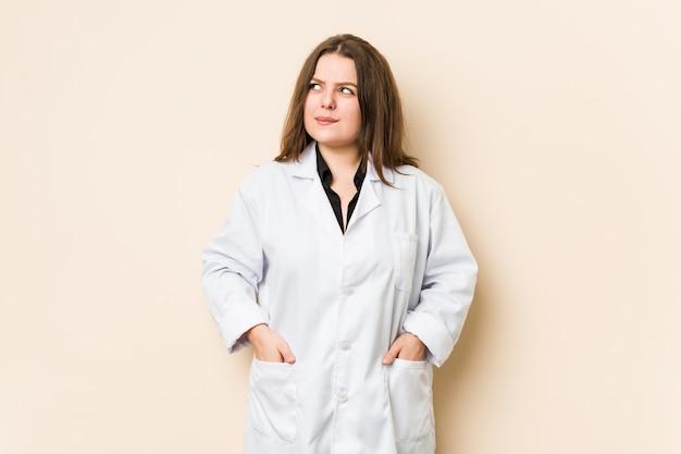 若い医者の女性は混乱し、疑わしく不安を感じています。