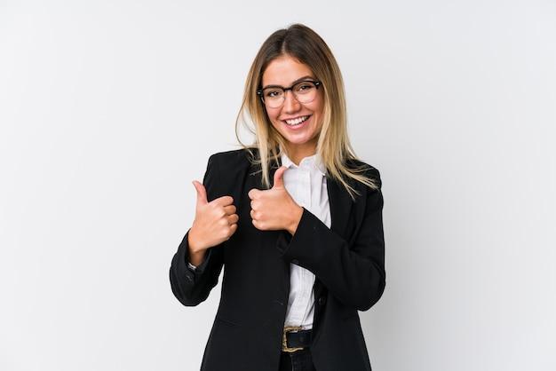 若いビジネス白人女性両方の親指を上げて、笑顔と自信を持って。