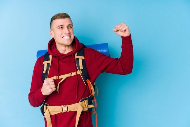 Кулак после победы, концепция молодого человека кавказского повышения победителя.